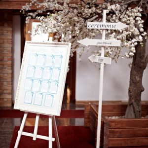 Столб-указатель с табличками деревянный белый